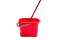 红色拖把和桶 免版税图库摄影