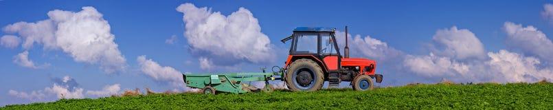 红色拖拉机全景 免版税图库摄影