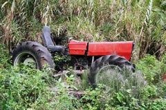 红色拖拉机 免版税库存照片