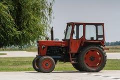 红色拖拉机 免版税库存图片