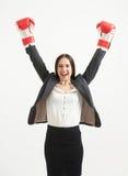 红色拳击手套的愉快的妇女 免版税图库摄影