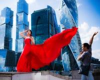 红色振翼的礼服的华美的妇女   人倾慕 库存照片