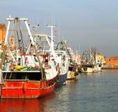 红色捕鱼船在地中海 库存图片