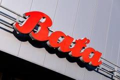 红色捷克鞋子公司巴塔的横幅和商标在一个灰色购物中心的在哈维若夫 免版税图库摄影