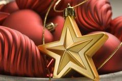 红色排列圣诞节金黄的装饰品 库存图片