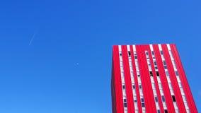 红色摩天大楼和月亮巴伦西亚 库存图片