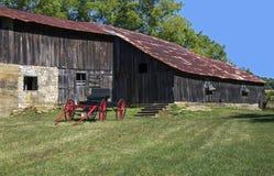 红色支架和谷仓。 免版税库存图片