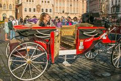红色支架在布拉格的历史的中心城市的游览的 免版税库存图片