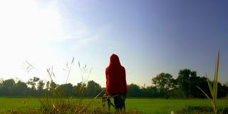 红色敞篷的国家女孩 免版税图库摄影