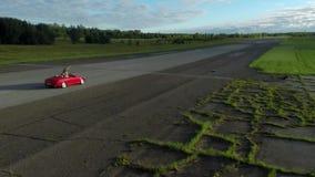 红色敞篷车驾车  通风 影视素材