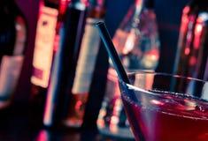 红色文本的鸡尾酒到与冰的一块玻璃里和空间细节  免版税图库摄影