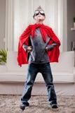 红色斗篷孩子客厅超级英雄 免版税库存照片