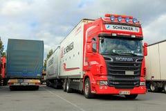 红色斯堪尼亚与DB Schenker拖车的R500 V-8 库存图片
