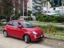 红色新的菲亚特500在利马米拉弗洛雷斯区  图库摄影