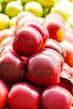 红色新鲜的成熟苹果在超级市场关闭  果子收获 库存照片