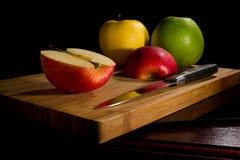 红色新鲜的苹果,割断在老委员会 免版税图库摄影
