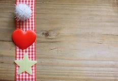 红色方格花布丝带、一个蓬松球、星和爱心脏 库存图片
