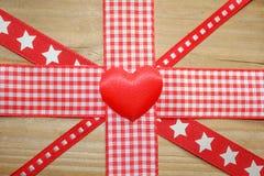 红色方格花布丝带和形成英国国旗旗子的爱心脏 免版税库存照片
