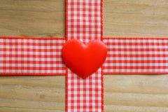 红色方格花布丝带和爱心脏 免版税库存图片