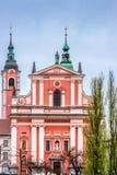 红色方济会教会在卢布尔雅那市中心 免版税库存图片