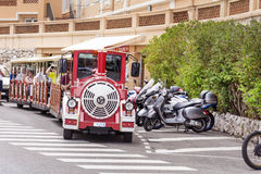 红色无轨道的火车在摩纳哥,蒙地卡罗,法国 免版税库存图片