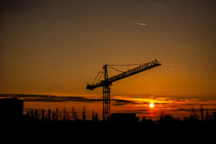 红色日落在一个工业化区域 免版税库存照片