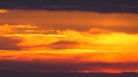 红色日落天空云彩timelapse背景,天夜剧烈的日落天空 股票视频