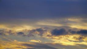 红色日落天空云彩timelapse背景,天夜剧烈的日落天空 影视素材