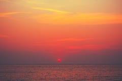 红色日落,在海洋,海的日出背景 库存照片