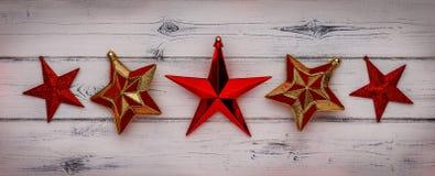 红色星圣诞装饰行在困厄的白色wo的 库存图片