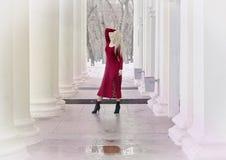红色晚礼服的金发碧眼的女人 免版税图库摄影