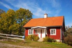 红色普通的房子在瑞典 免版税库存照片