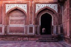 红色曲拱和被成拱形的门道入口与大理石镶嵌设计 免版税库存图片