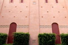 红色曲拱装饰了墙壁马赛克 库存照片