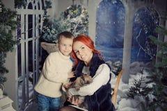 红色朝向的母亲和儿子使用 库存照片