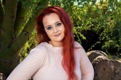 红色朝向的青少年的女孩 免版税库存照片