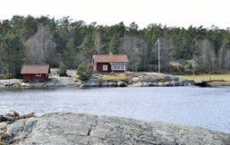 红色木房子在斯德哥尔摩群岛 免版税库存图片
