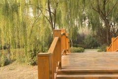 红色木曲拱桥梁 库存图片