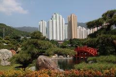 红色木桥在南连家庭院里在香港 免版税库存照片