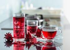 洋红色木槿茶rosella,在厨房用桌上的karkade 免版税库存图片