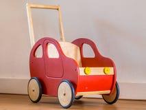 红色木玩具自行车在客厅 免版税库存图片