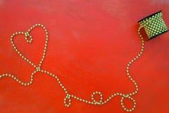 红色木表面上的情人节背景 免版税库存照片