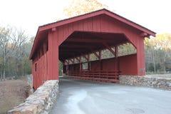 红色木被遮盖的桥 免版税库存图片