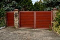 红色木门和闭合的门在石篱芭有邮箱的 免版税库存图片