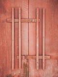 红色木门有把柄纹理背景 免版税库存照片
