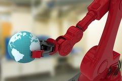 红色机器人手的数字图象的综合图象拿着地球3d的 免版税库存照片