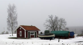 红色村庄冬天雾小船 免版税库存照片