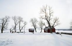 红色村庄在坟园在冬天 免版税图库摄影
