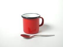 红色杯子和匙子 免版税库存图片