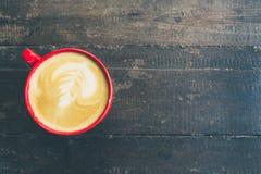 红色杯子和拿铁咖啡 免版税库存照片